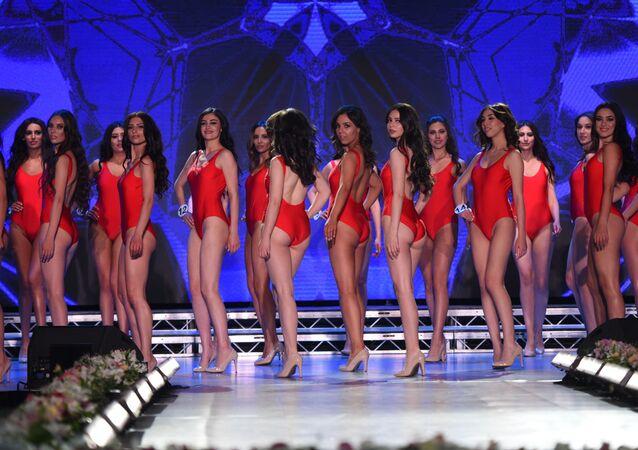 2019 Ermenistan Güzeli yarışmasının katılımcıları, mayo defilesi sırasında.