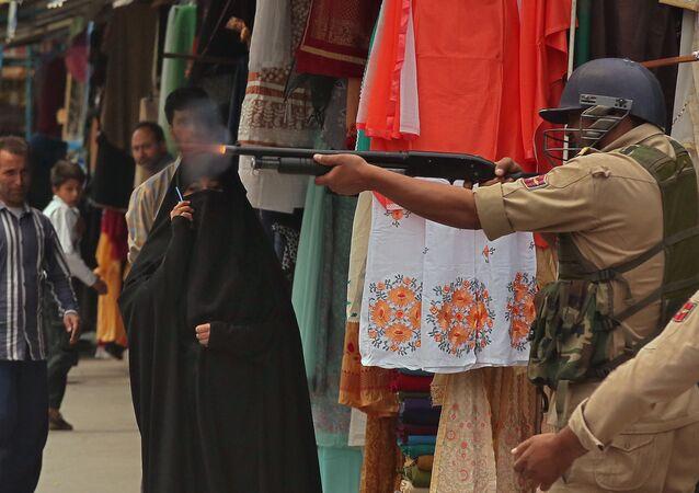 Kaşmir'in Srinagar kentinde cuma namazından sonra düzenlenen protestoları dağıtmak için Hint güvenlik güçleri saçmayla ateş açtı.