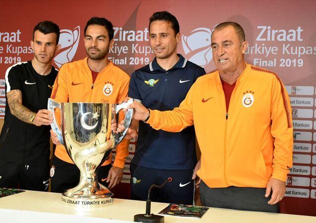 Galatasaray Teknik Direktörü Fatih Terim (sağda), Akhisarspor Teknik Direktörü Cem Kavçak (sağ 2), Galatasaray takım kaptanı Selçuk İnan (sol 2) ve Akhisarspor takım kaptanı Güray Vural (solda) Ziraat Türkiye Kupası'nda Akhisarspor ile Galatasaray arasında yarın oynanacak final maçı öncesinde basın toplantısı düzenledi.