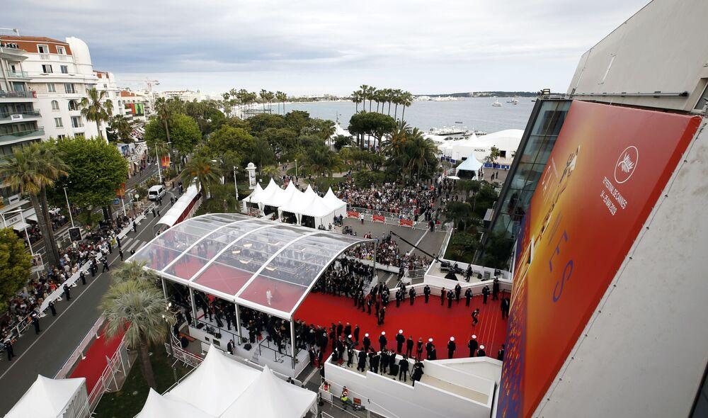 72. Cannes Film Festivali'nin açılış töreninden bir kare.