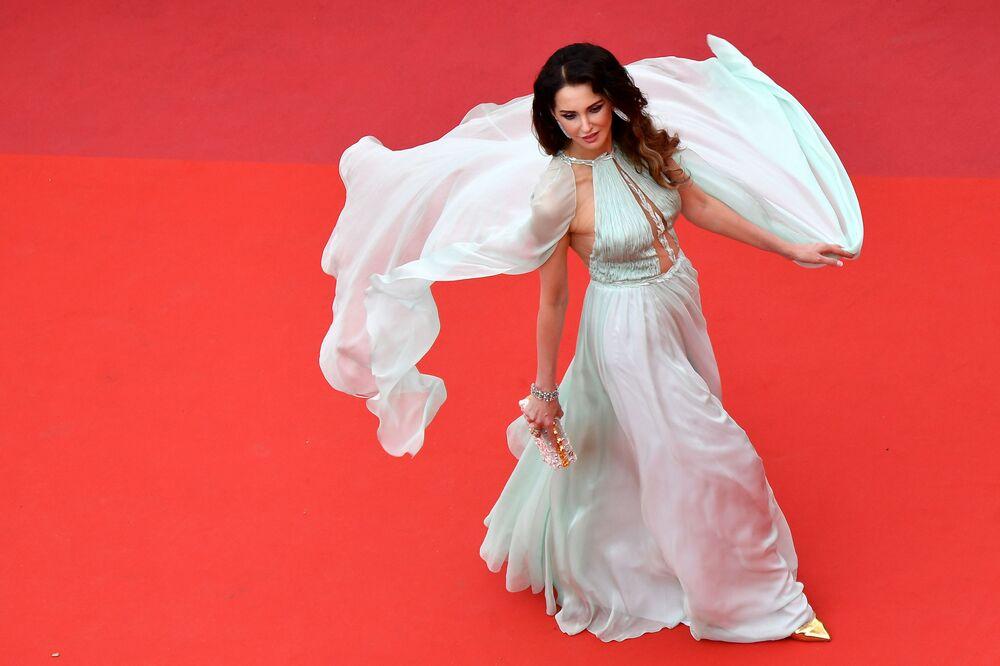 72. Cannes Film Festivali kırmızı halısında poz veren Fransız oyuncu Frederique Bel.