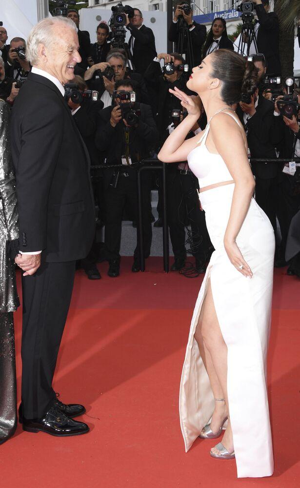 72. Cannes Film Festivali kırmızı halısında şakalaşan ABD'li oyuncular Selena Gomez ve Bill Murray