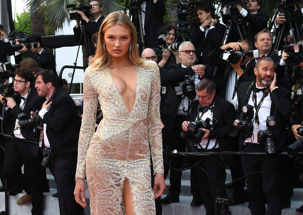 72. Cannes Film Festivali'nin açılış töreninde cesur kıyafetiyle dikkatleri üzerine çeken Hollandalı model Romee Strijd.