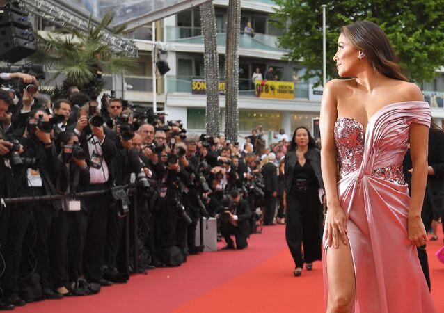 ABD'li oyuncu Eva Longoria, 72. Cannes Film Festivali'nin kırmızı halısında poz veriyor.