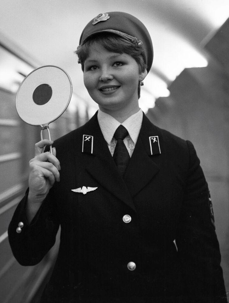 Mayakovskaya istasyonu görevlisi, 1980 yılı.