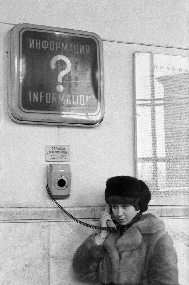 Yolcular, Moskova metrosunun istasyonlarında bulunan özel telefon cihazlarını kullanarak  metro faaliyetleri ile ilgili bilgi edinebilir, 1980 yılı.