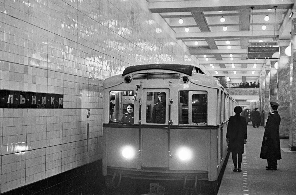 Moskova metrosunun en eski istasyonlarından Sokolniki'nin görünümü, 1948 yılı.