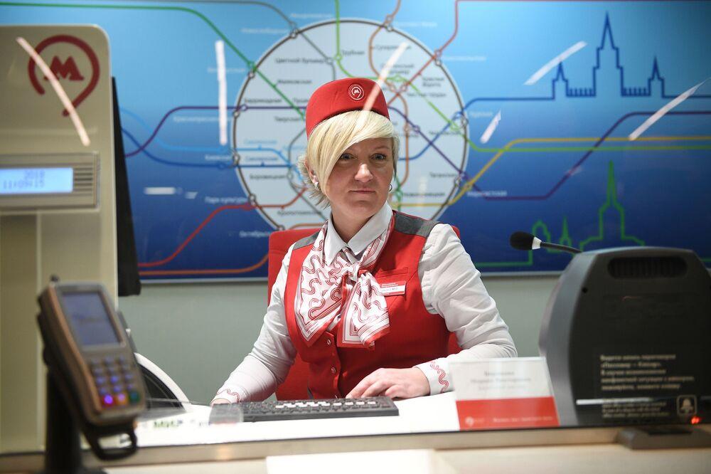 Günümüz Moskova metrosunun istasyon görevlisi iş başında.
