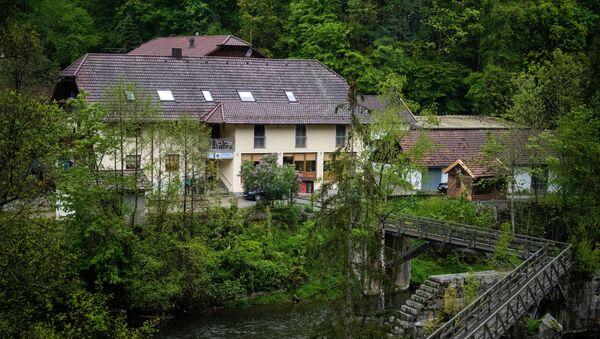 Almanya'nın Passau kentindeki pansiyonda ikisi kadın üç kişinin cansız bedenleri arbaletle vurulmuş halde bulundu. - Sputnik Türkiye