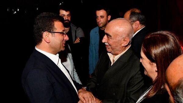 Ekrem İmamoğlu, Şener Şen'in başrolünü oynadığı 'Zengin Mutfağı'nı izledi - Sputnik Türkiye