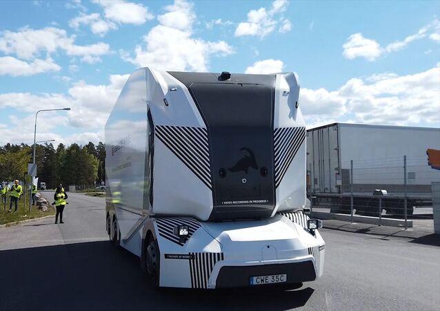 İsveç'in Jönköping kentinde elektrikle çalışan sürücüsüz kamyonun ilk test sürüşü yapıldı.