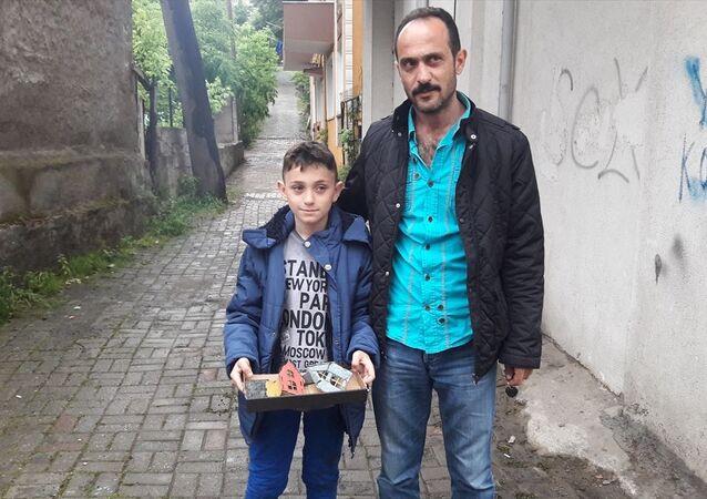 Kocaeli'nin Gölcük ilçesinde yaşayan 6'ncı sınıf öğrencisi Metehan Şamlı, ödevine zarar veren çocuklardan şikayetçi olmak için polis merkezine gitti. Baba Faruk Şamlı (sağda) da telefonla haber verilmesi üzerine karakola geldiğini belirtti.