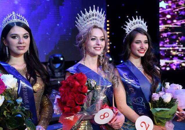 Yarışmayı kazanan Anastasiya Popova (ortada), ikinci seçilen Yelizaveta Suturina (sağda), üçüncülük kazanan Tatyana Derbina (solda).