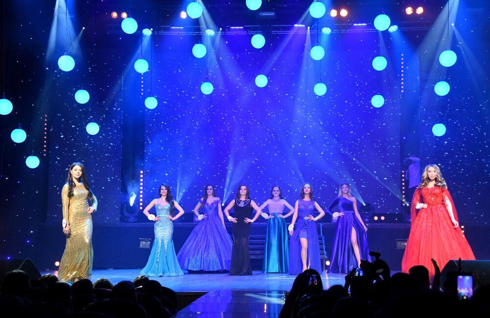 Yarışmacılar akşam kıyafetleriyle göz kamaştırdı.