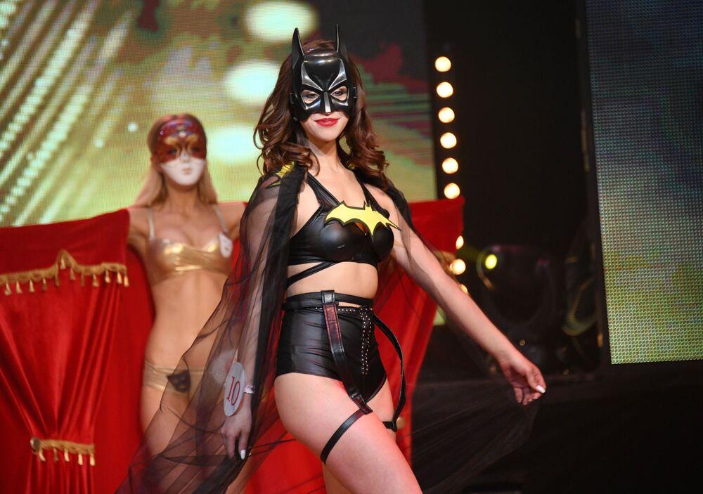 Bikini defilesinde yarışmacılar giydiği sıradışı tasarımlarla  dikkat çekti.