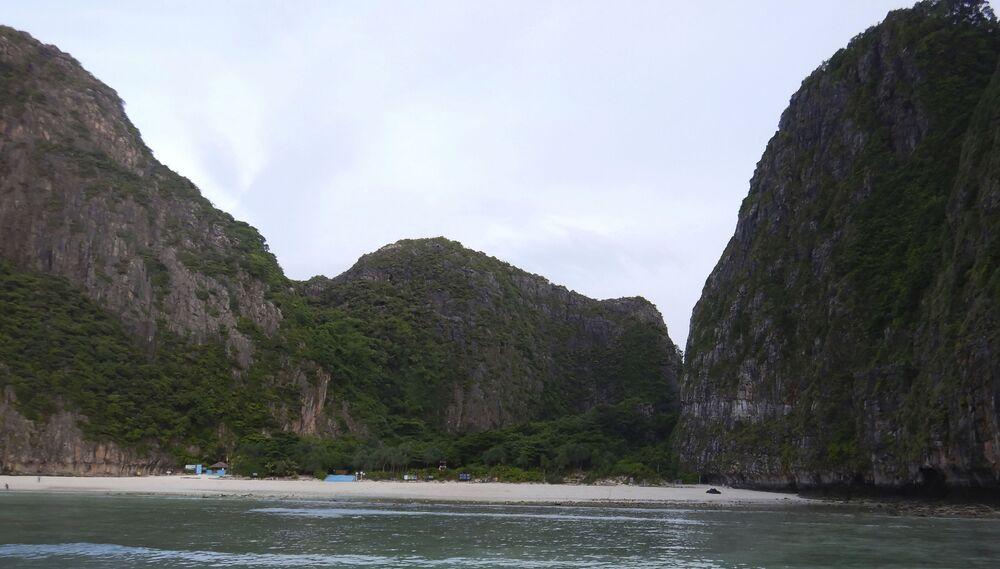 Başrolünde Leonardo DiCaprio'nun oynadığı 2000 yapımı The Beach (Kumsal) filmiyle ünlenen Tayland'ın Ko Phi Phi Leh Adası'ndaki  Maya Koyu, çok sayıda turistin neden olduğu ekolojik zarardan ötürü süresiz kapatıldı. Taylandlı yetkililer, her gün gelen binlerce ziyaretçinin verdiği tahribatın artmasına bağlı olarak, 2018 yılının Ekim ayında  askıya alınan koydaki turizm yasağının, ekosistem normale dönene kadar devam edeceğini duyurdu.