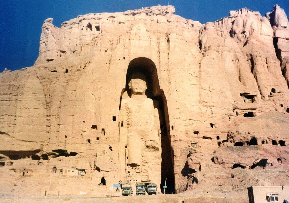Bamyan Vadisi Buda heykelleri, 4. ve 5. yüzyıllarda Bamyan vadisinde tepelerinde içindeki oyuklara yapılmış dev iki heykeldir. Boyları 35 ve 53 metre olan iki heykel,  Afganistan'ın Budist dönemlerine ait en önemli kalıntılardandır. Fotoğrafta: Bamyan Vadisi Buda heykellerinden biri, 1997 yılı.