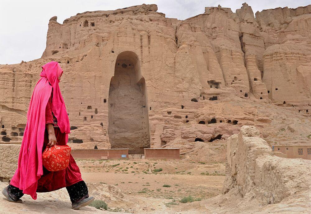 Budda heykelleri Mart 2001'de Taliban tarafından dinamitlerle yok edilmiştir. Bamyan Budaları yıllardır Müslüman olan ülkenin tarihi ve kültürel zenginliğinin önemli parçalarından biriyken Taliban'ın bu sanat eserlerine zarar verişi halkı da dehşete düşürmüştür.  Japonya ve İsviçre gibi birçok ülke heykellerin yeniden inşası çalışmalar yapmaktadır. Fotoğrafta: Buda heykellerinin artık olmadığı Bamyan Vadisi görüntüsü, 2010 yılı.