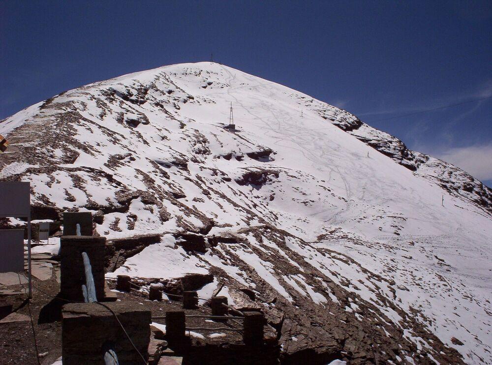 Bolivya'nın fiili başkenti La Paz'ın hemen dibinde göğe yükselen Çakaltaya, yerli dilinde Rüzgarların buluştuğu yer, anlamına geliyor. Çakalataya'nın üzerinde her mevsim bembeyaz bir gelinlik gibi duran 18 bin yıllık buzulu, yaklaşık 10 yıl önce tümüyle eridi.