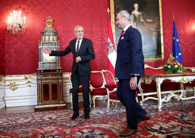 Avusturya'da hükümetin çökmesinin ardından parti liderleriyle görüşmeler yürüten Cumhurbaşkanı Alexander van der Bellen, FPÖ lideri olması kesinleşen Norbert Hofer'i ağırlarken