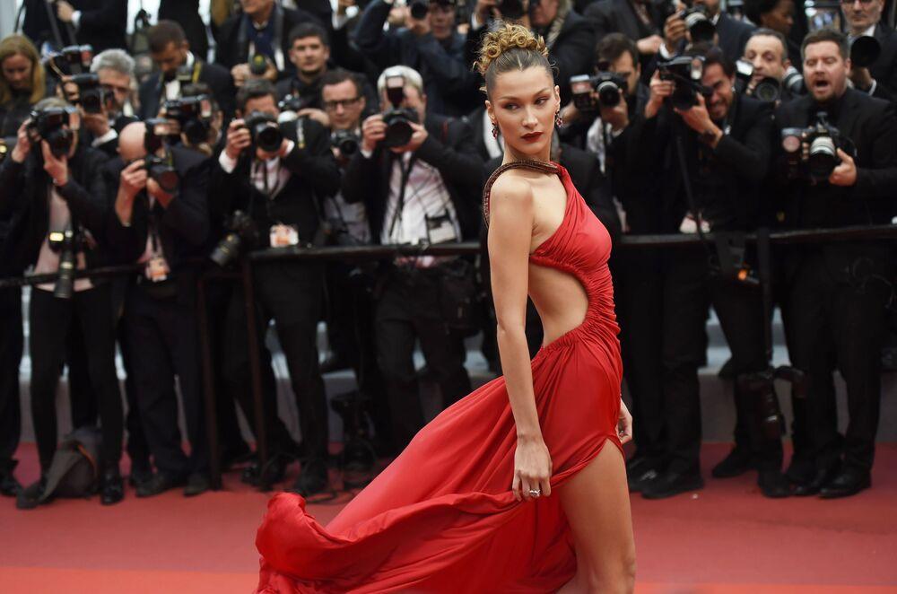 Festivalde şıklık geçidine katılanlardan ABD'li oyuncu ve model Bella Hadid.