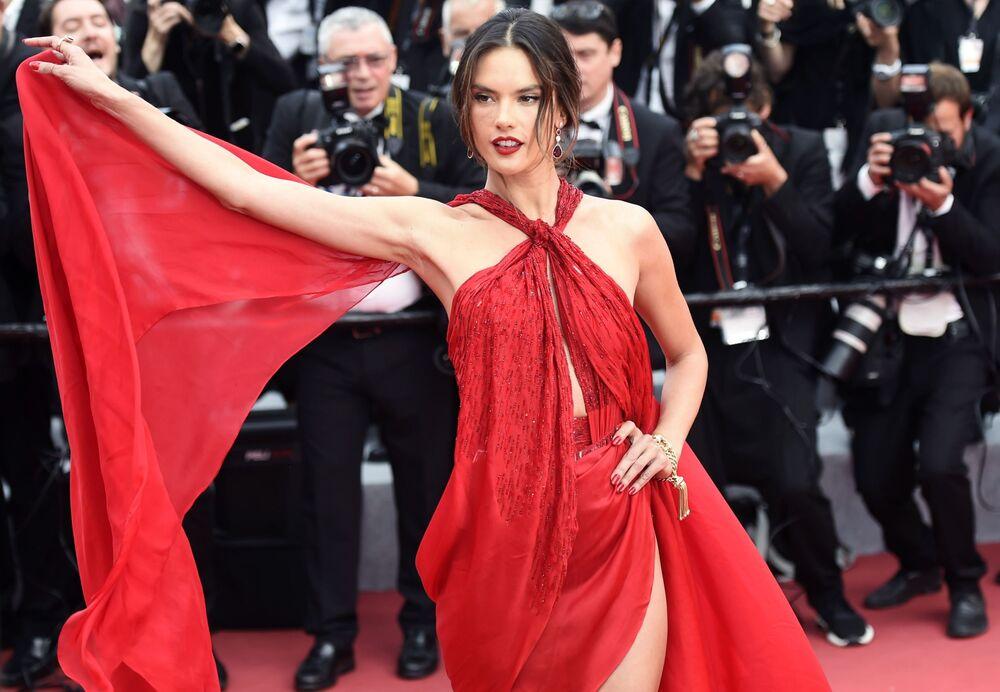 Victoria Secret'ın eski meleklerinden olan Brezilyalı model  Alessandra Ambrosio giydiği cesur kırmızı elbisesiyle kameraların önünde adeta şov yaptı.