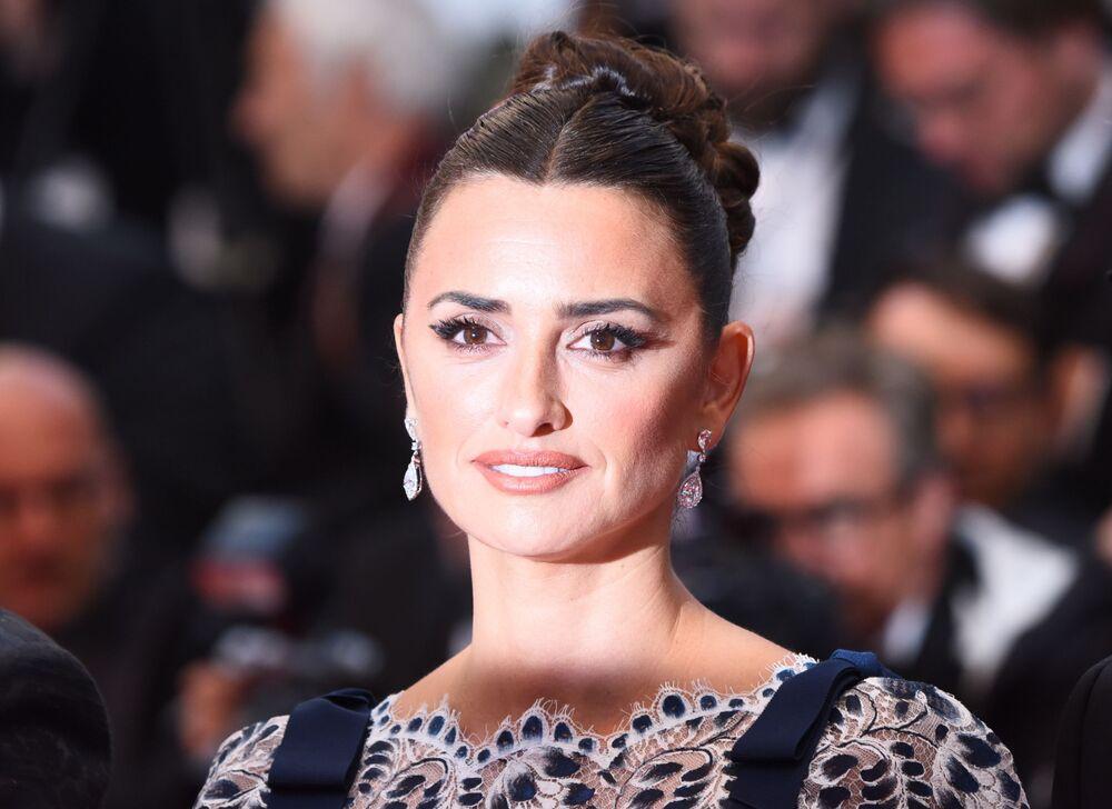 """72. Cannes Film Festivali'nin Yarışma Filmleri içinde yer alan """"Dolor y Gloria"""" (Acı ve Zafer) filminin galasının kırımızı halısında poz veren ünlü  İspanyol oyuncu Penelope Cruz."""