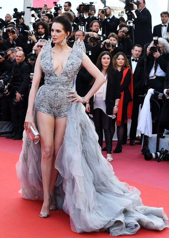 Fransız oyuncu Frederique Bel, sıradışı tasarımlı kıyafetiyle kırmızı halıda poz veriyor.