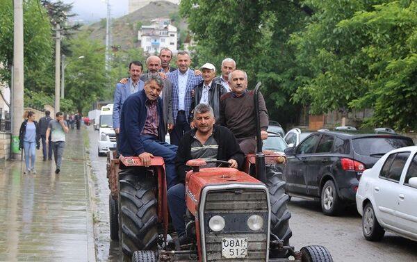 Köylerinden bazı vatandaşların traktörleri ile ilçe merkezine geldiği gözlenirken, sıraya girenler açılan hesap numarasına bağışta bulundular. - Sputnik Türkiye