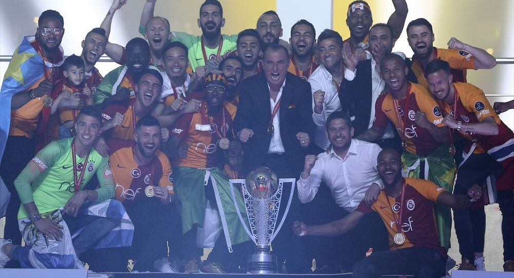 Spor Toto Süper Lig'de 2018-2019 sezonunu şampiyon tamamlayan Galatasaray Futbol Takımı Türk Telekom Stadı'nda taraftarların katılımıyla düzenlenen törenle kupasını aldı. Galatasaray teknik direktörü Fatih Terim ve oyuncular şampiyonluk kupasıyla poz verdi.