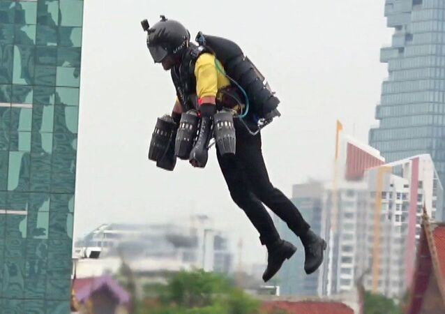 'Süper kahraman kostümü' ile havada böyle uçtu