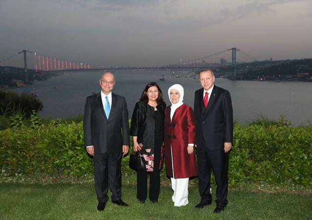 Türkiye Cumhurbaşkanı Recep Tayyip Erdoğan, Vahdettin Köşkü'nde Irak Cumhurbaşkanı Berham Salih ile görüştü. Görüşme sonrası Cumhurbaşkanı Erdoğan Irak Cumhurbaşkanı Berham Salih onuruna iftar yemeği verdi. İftara Cumhurbaşkanı Erdoğan'ın eşi Emine Erdoğan ve Irak Cumhurbaşkanı Salih'in eşi Sarbagh Salih de katıldı.