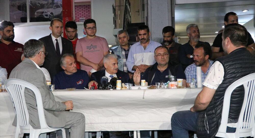AK Parti İstanbul Büyükşehir Belediye Başkan Adayı Binali Yıldırım (sağ 2), Maslak'ta oto sanayi esnafı ile iftar yaptı.
