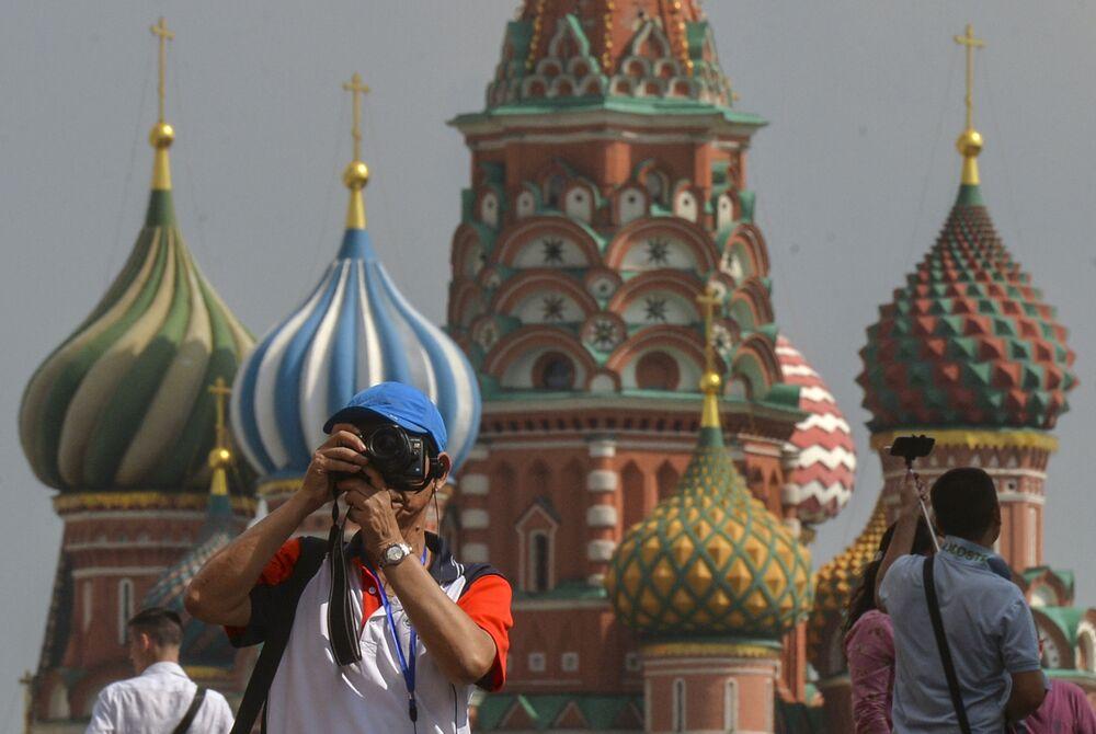Rusya'nın başkenti Moskova'nın kalbinin attığı Kızıl Meydan, dünyanın dört bir yanından gelen turistlerin ilgi odağı. Tarihi yapıları ve güzel manzarasıyla  dikkat çeken Kızıl Meydan, listenin 4.'sü oldu.