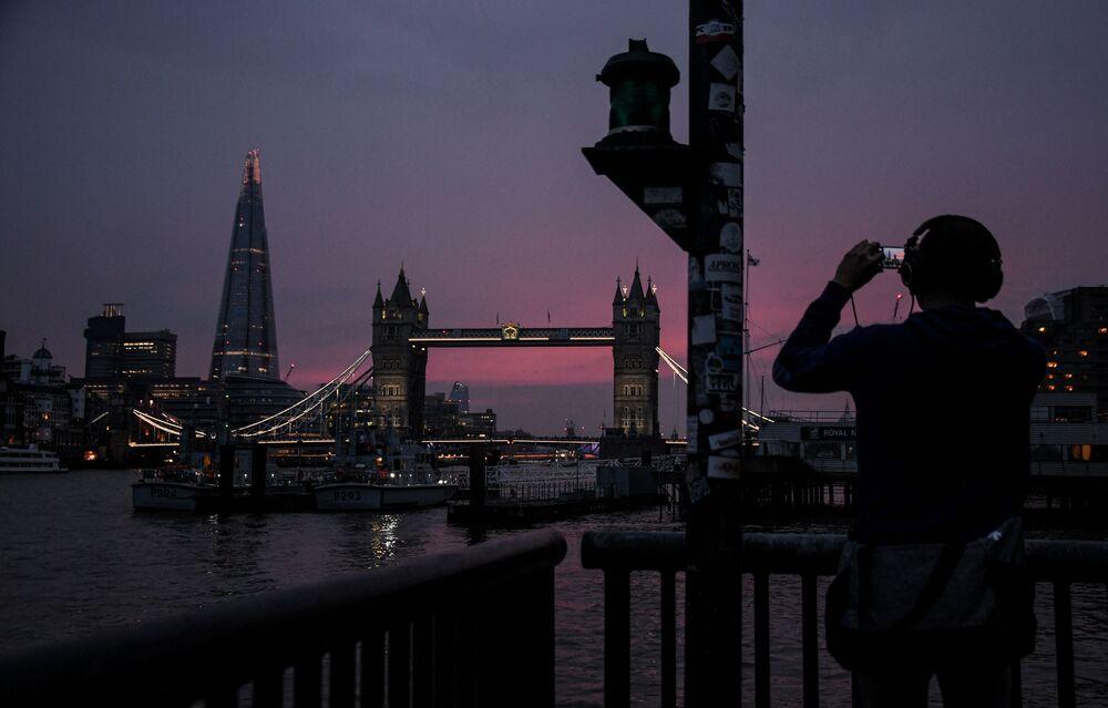 İngiltere'nin başkenti Londra'nın en yüksek gökdeleni  The Shard binası ve Kule Köprüsü, listenin 9. sırasında yer aldı.