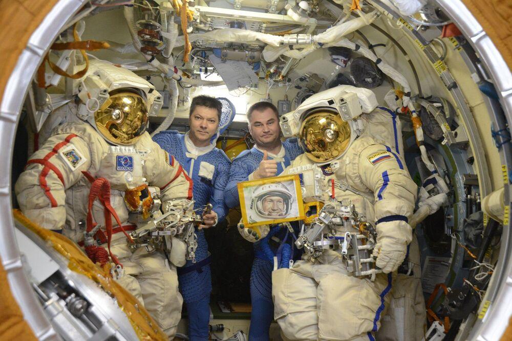 Oleg Kononenko ve Aleksey Ovçinin, 30 Mayıs'ta 85. yaş gününü kutlayan uzayda yürüyen ilk insan Aleksey Leonov'un portresiyle.