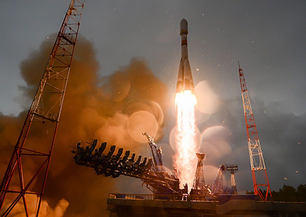 Glonass-M uzay aracını taşıyan Soyuz-2.1b roketi, Plesetsk uzay üssünden havalandıktan sonra yıldırım çarpmasına rağmen uçuşuna sorunsuz devam etti.