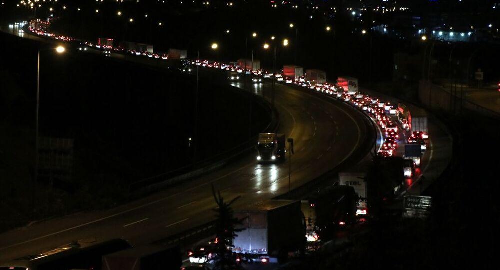 Ramazan Bayramı tatilini İstanbul dışında geçirmek için araçlarıyla yola çıkan vatandaşlar, Anadolu Otoyolu'nun Kocaeli bölümünde yoğunluğa neden oluyor.