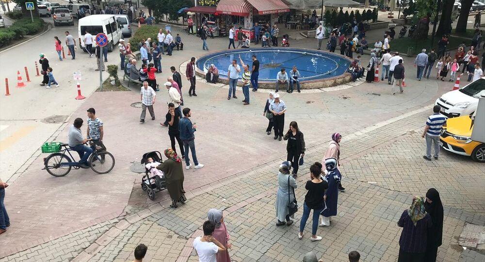 Sakarya'nın Hendek ilçesinde 4,6 büyüklüğünde deprem meydana geldi. Vatandaşlar, deprem nedeniyle bulundukları mekanlardan dışarı çıktı.