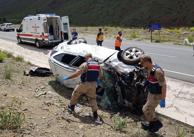 1 Haziran'da Erzincan'da meydana gelen trafik kazasında, bayram tatili için yola çıkan anne-baba ve 3 çocuğu yaralandı. Olay yerine çağrılan sağlık ekipleri yaralılara müdahale etti.