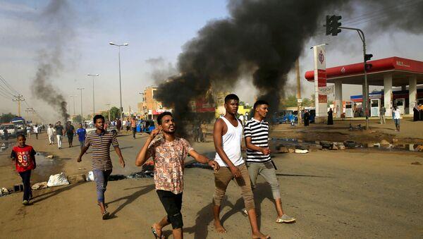 Sudan'da, başkent Hartum'da Genelkurmay Başkanlığı binasının önünde uzun süredir devam eden oturma eylemine son vermek isteyen askerler protestoculara ateş açtı. - Sputnik Türkiye