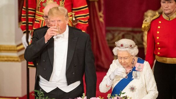 İngiltere Kraliçesi 2. Elizabeth ve ABD Başkanı Donald Trump, ülkeleri arasındaki ortak değerler ve çıkarların önemine vurgu yaptı. - Sputnik Türkiye