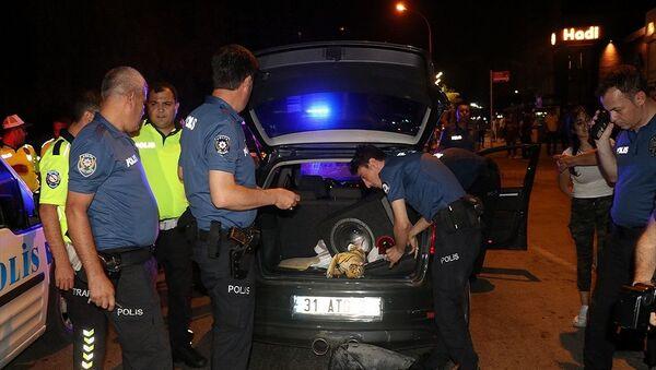 Adana'nın Çukurova ilçesinde polislerin gün içerisinde ikinci defa uygulamasından kaçan şüpheliler yaklaşık 25 kilometre kovalamaca sonucu yakalandı. Ekipler otomobilde arama yaptı. - Sputnik Türkiye