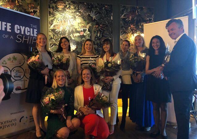 Norveç'te denizcilik sektöründe küresel alanda uluslararası başarı göstermiş 40 yaş altı genç kadın profesyonelin seçildiği İzlenecek 10 Başarılı Kadın listesinde bu yıl 2 Türk yer aldı. Başkent Oslo'da düzenlenen etkinlikte, listeye girmeye hak kazanan Ayşe Aslı Başak'a çiçek takdim edildi.