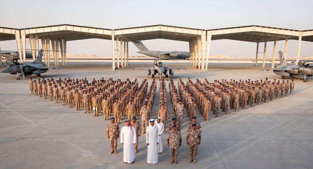 Katar, Fransa'dan Rafale tipi savaş uçaklarının ilk filosunu teslim aldı. Katar resmi ajansı QNA'da yer alan habere göre, Fransız Dassault Aviation şirketinin ürettiği Rafale tipi savaş uçaklarının ilk filosu Katar'a ulaştı. Duhan Hava Üssü'nde düzenlenen karşılama törenine Katar Emiri Şeyh Temim bin Hamed Al Sani (sağ 3), Savunma Bakanı Halid bin Muhammed el-Atiyye (sağ 4) ve Genelkurmay Başkanı Ganim bin Şahin el-Ganim (sağ 2) katıldı.
