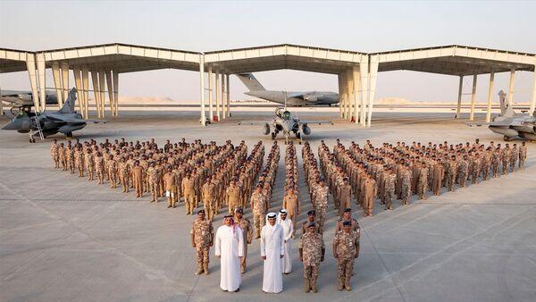 Katar, Fransa'dan Rafale tipi savaş uçaklarının ilk filosunu teslim aldı. Katar resmi ajansı QNA'da yer alan habere göre, Fransız Dassault Aviation şirketinin ürettiği Rafale tipi savaş uçaklarının ilk filosu Katar'a ulaştı. Duhan Hava Üssü'nde düzenlenen karşılama törenine Katar Emiri Şeyh Temim bin Hamed Al Sani (sağ 3), Savunma Bakanı Halid bin Muhammed el-Atiyye (sağ 4) ve Genelkurmay Başkanı Ganim bin Şahin el-Ganim (sağ 2) katıldı. - Sputnik Türkiye