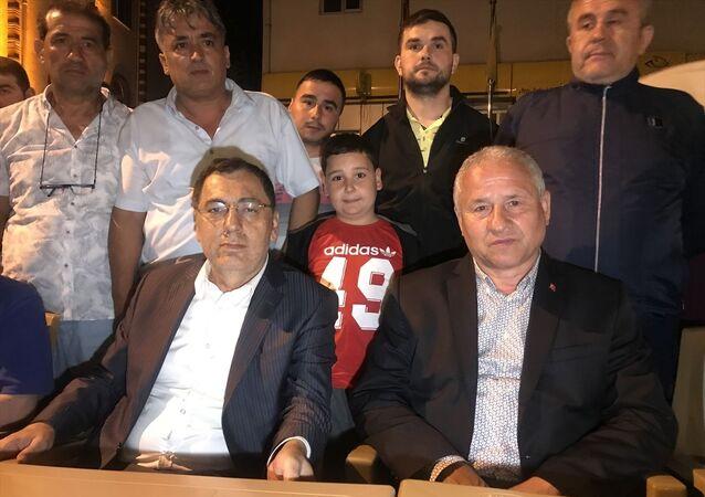 Karabük'ün Yenice ilçesi Belediye Başkanı Zeki Çaylı (sağda), saldırıya uğrayarak darp edildi. MHP Karabük İl Başkanı Adem Kar'da (solda) ilçeye gelerek başkan Çaylı'ya geçmiş olsun dileklerini iletti.