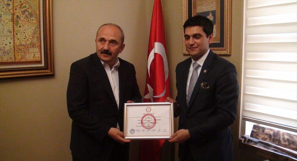 Artvin'in Yusufeli İlçesi'nde 2 Haziran'da yapılan yenileme seçimlerinde yeniden belediye başkanlığına seçilen Cumhur İttifakı'nın AK Partili adayı Eyüp Aytekin mazbatasını aldı.