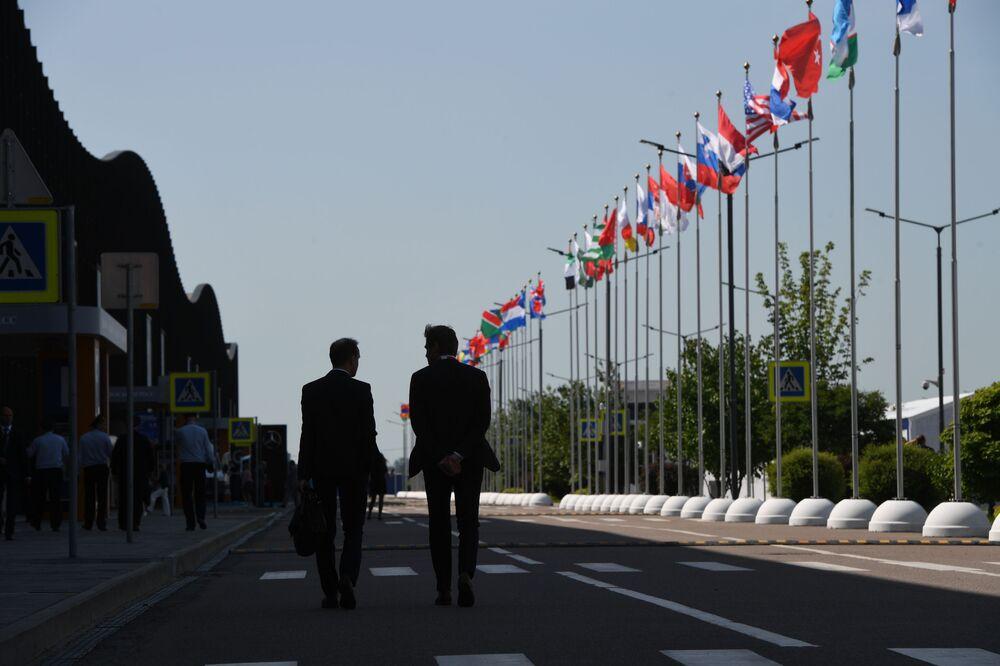 23. St. Petersburg Uluslararası Ekonomi Forumu'na (SPIEF 2019) katılan ülkelerin bayrakları.