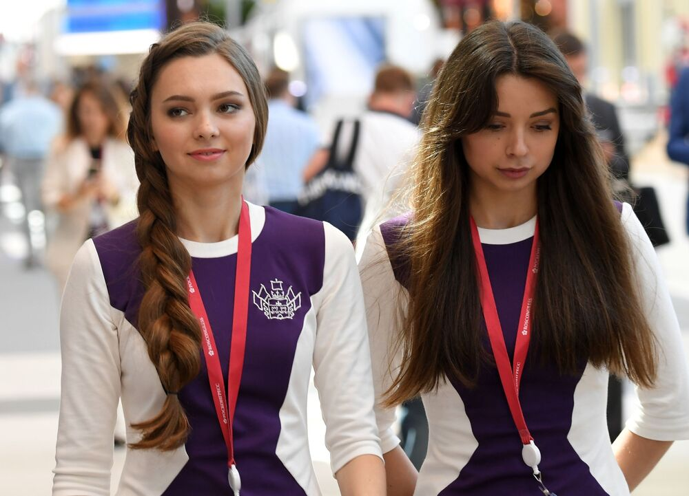 Rusya'nın St.Petersburg kentinde bugün ziyaretçilere kapılarını açan 23. St. Petersburg Uluslararası Ekonomi Forumu'nda çalışan gönüllüler.